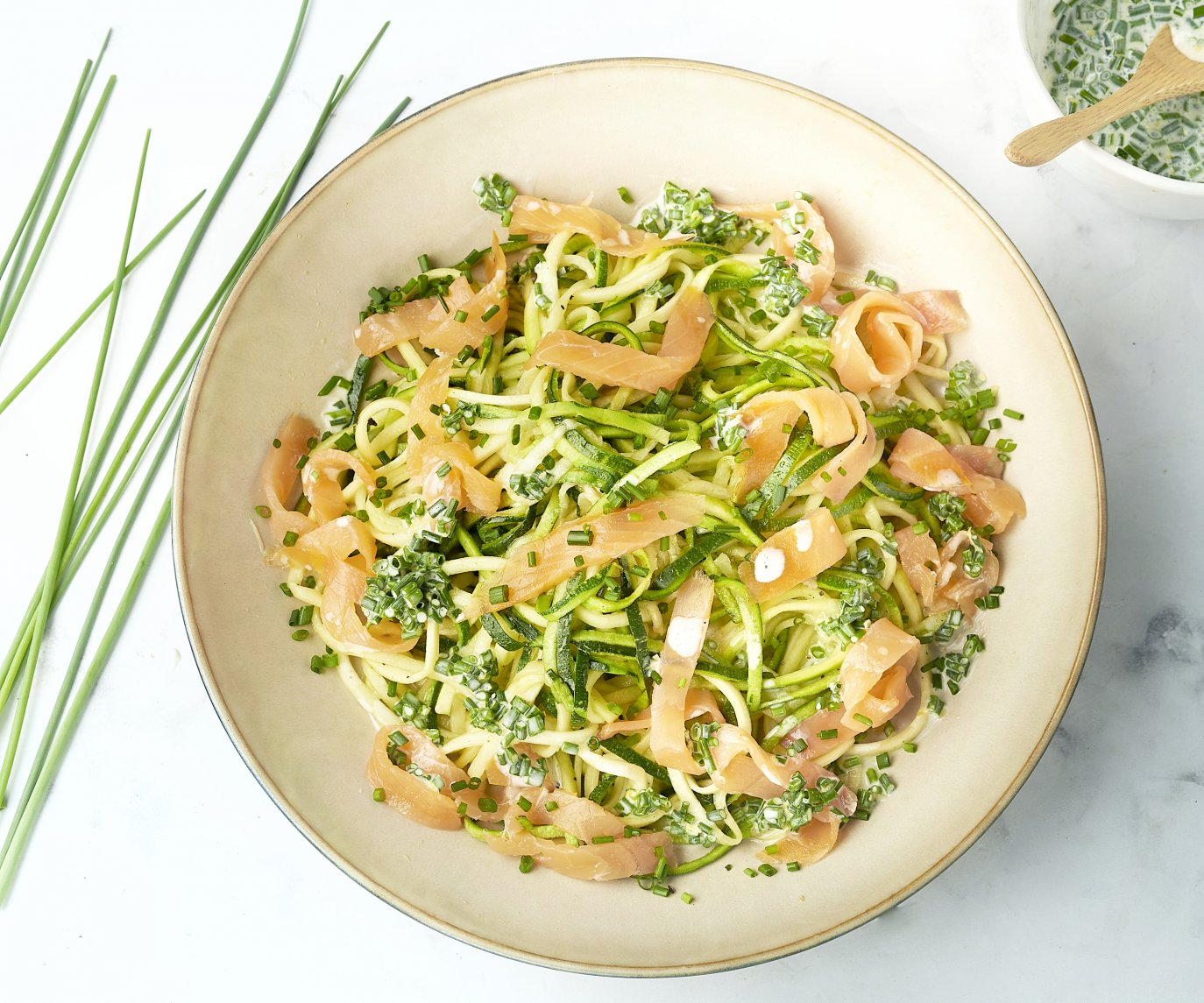 Courgettespaghetti met gerookte zalm en citroenroomsaus