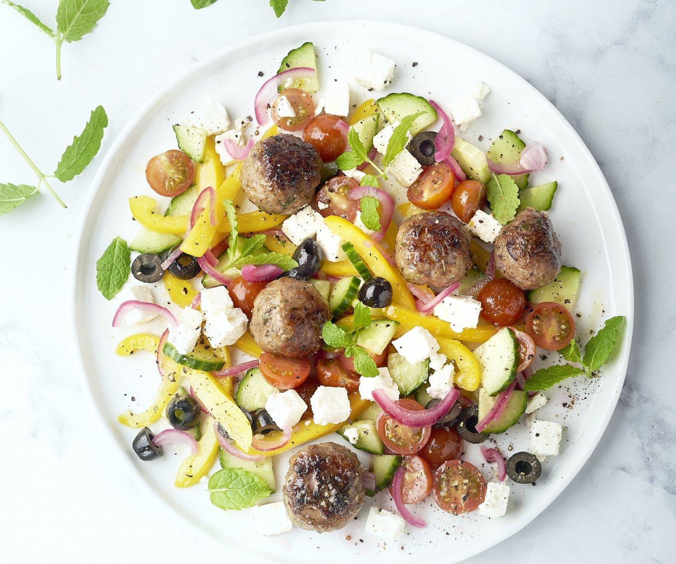 Griekse salade met gehaktballetjes