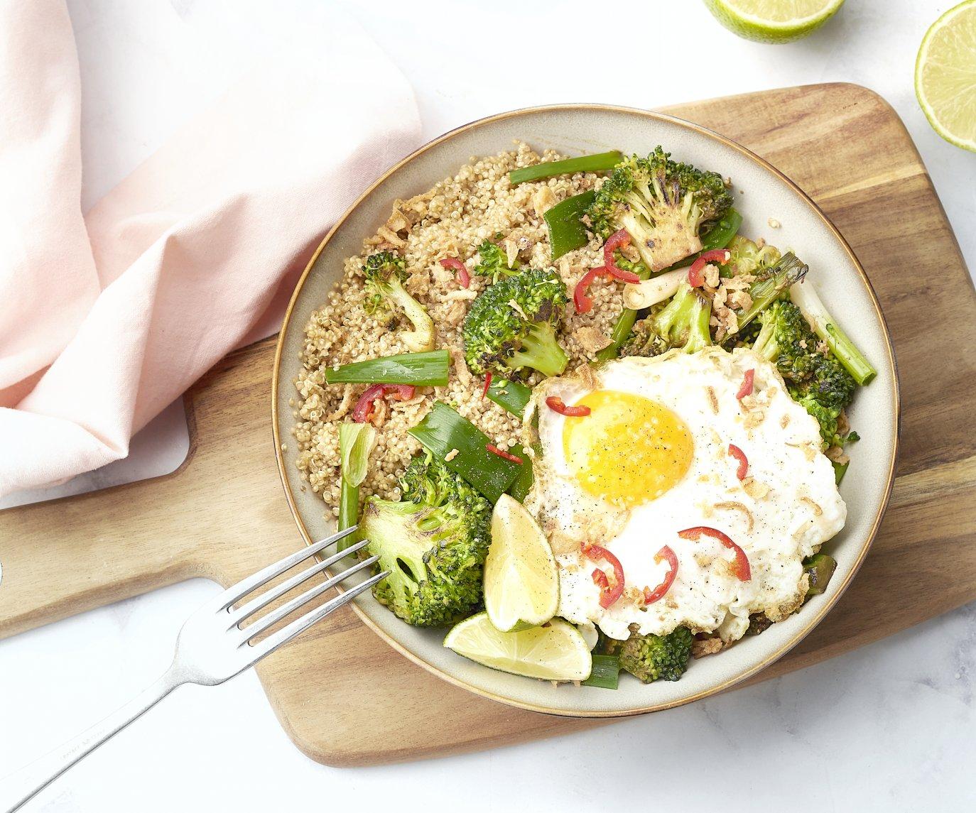 Aziatische quinoabowl met teriyaki broccoli en spiegelei