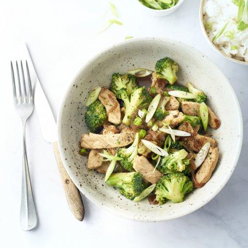 'Sticky' varkensreepjes met broccoli en rijst