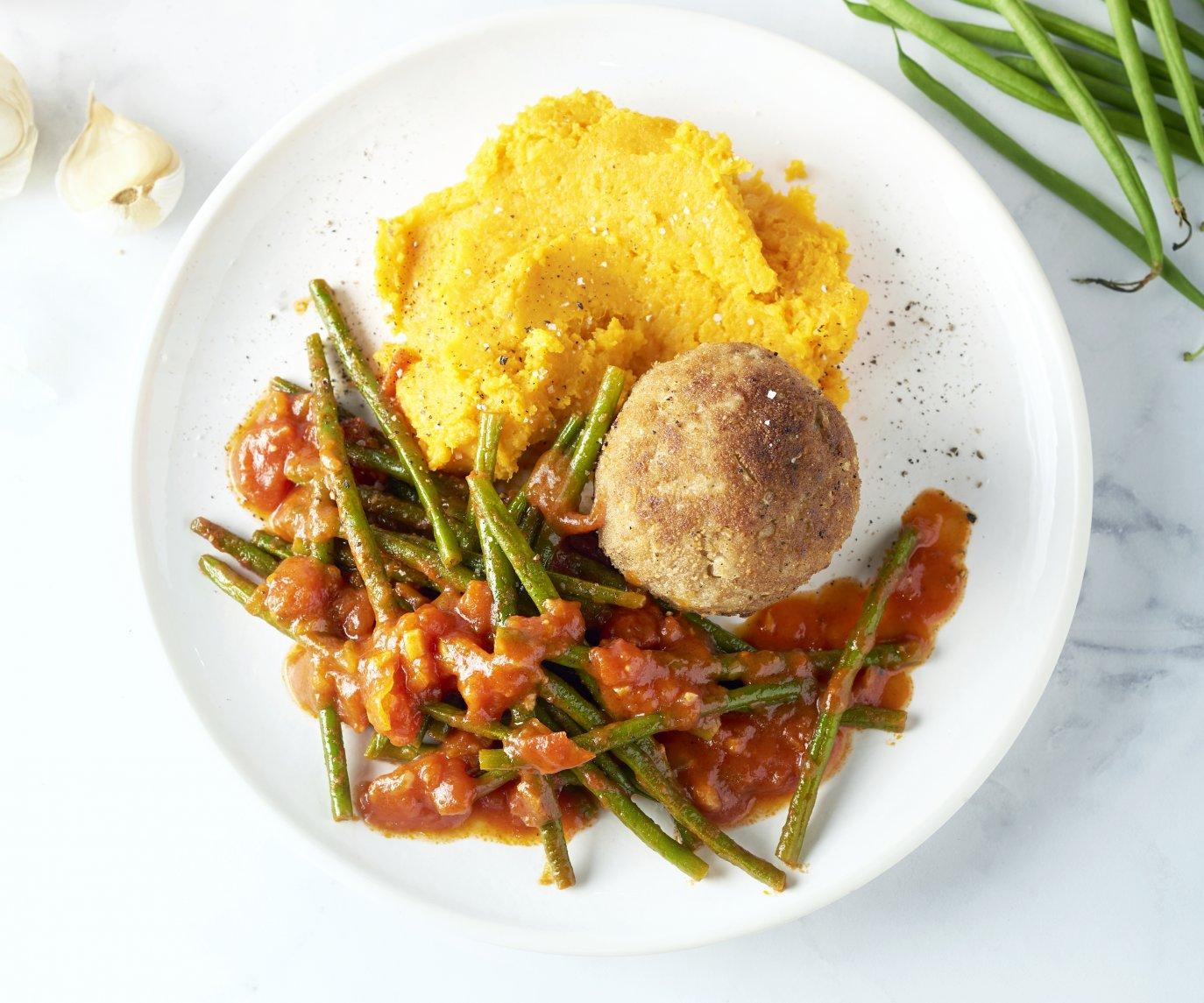 Gehaktbal met zoete aardappelpuree en boontjes in tomatensaus