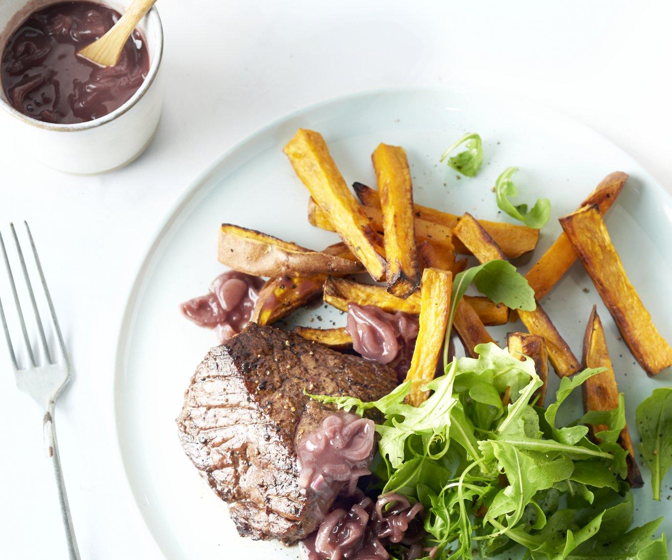 Steak met sjalottensaus, rucola en zoete aardappelfrieten