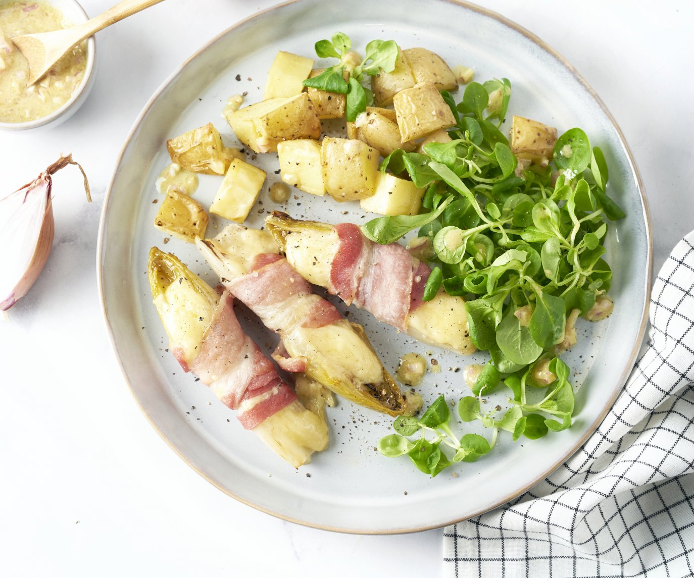 Witloofbootjes met spek en kaas, veldsla en geroosterde aardappelen