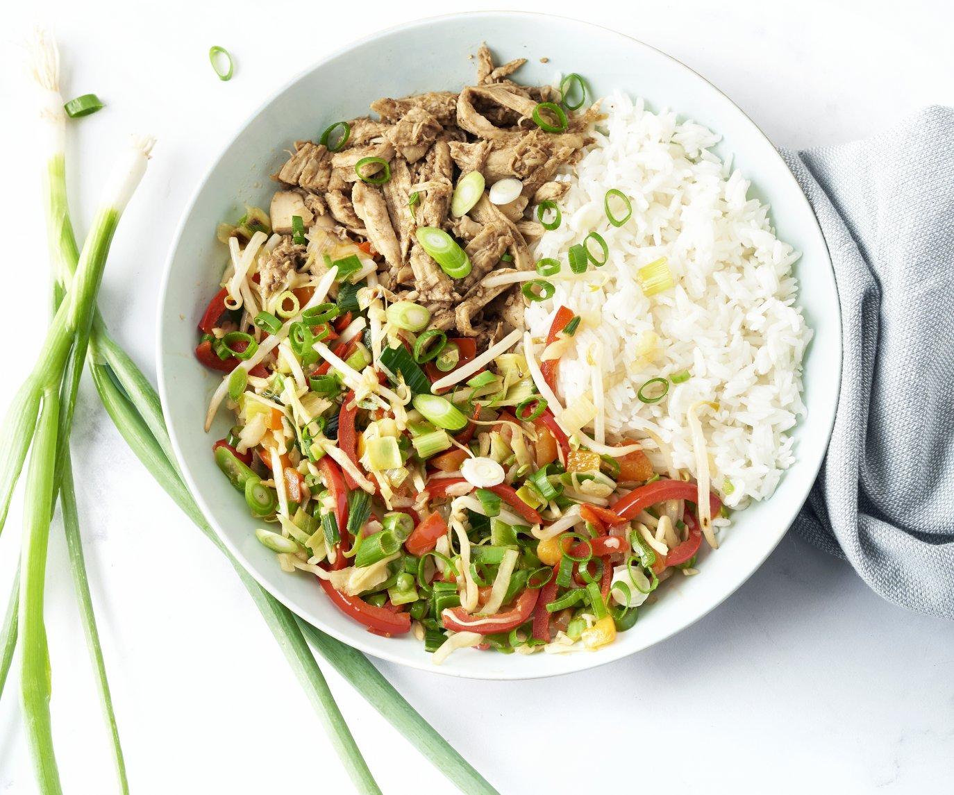 'Sticky' pulled chicken met wokgroenten en rijst