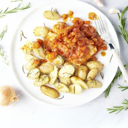 Vis met paprika-tomatensaus en geroosterde krieltjes