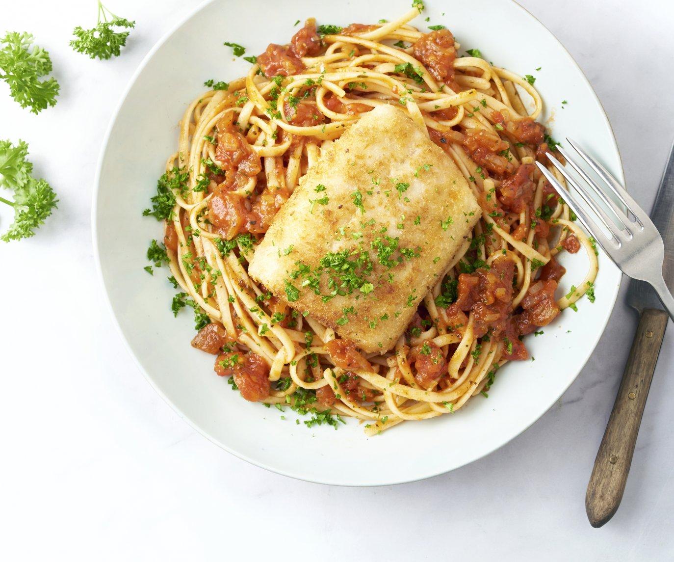 Vis Milanese met tomatensaus en linguine