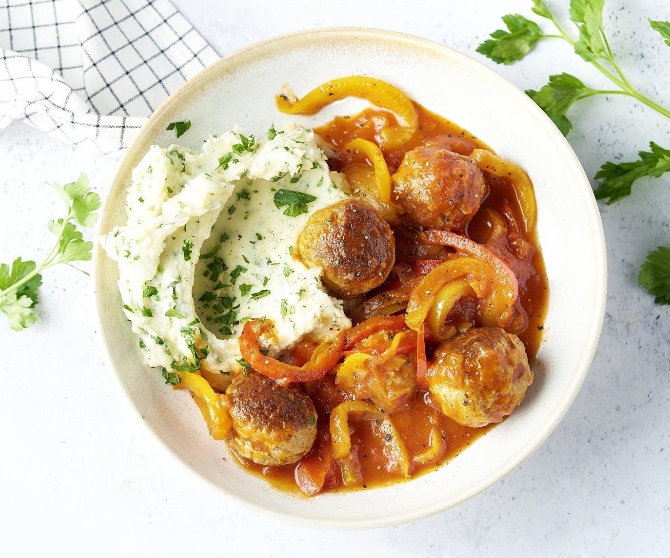 Kipballetjes in tomaat-paprikasaus met peterseliepuree