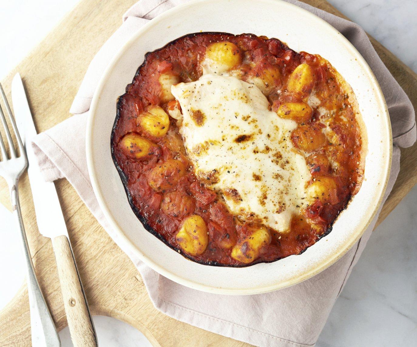 Kip met mozzarella en gnocchi uit de oven