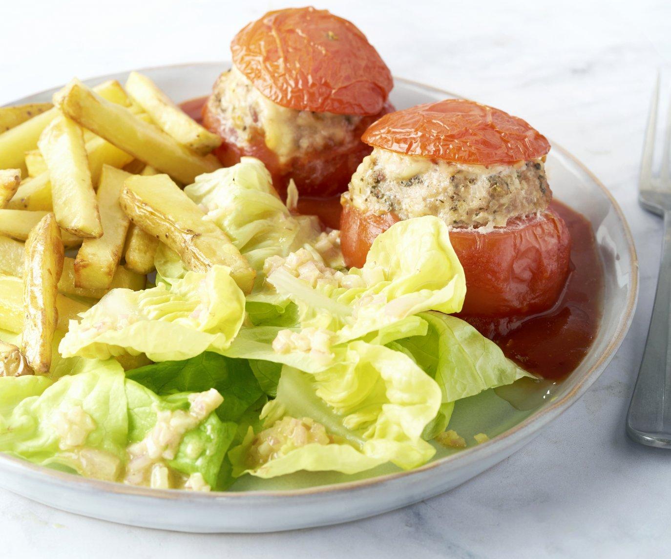 Gevulde tomaten met ovenfrietjes en salade