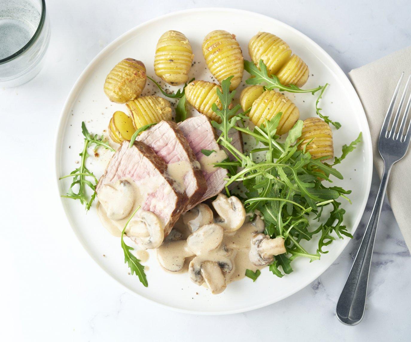 Rosbief met hasselback aardappelen en champignonroomsaus