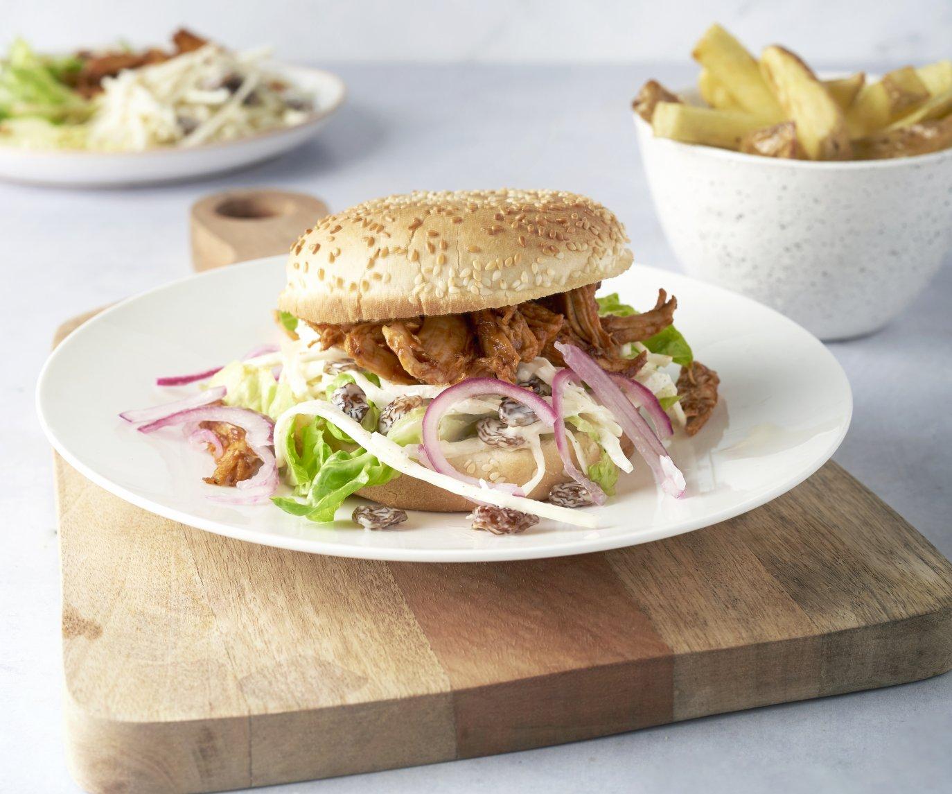 Pulled chicken burgers met coleslaw en ovenfrietjes