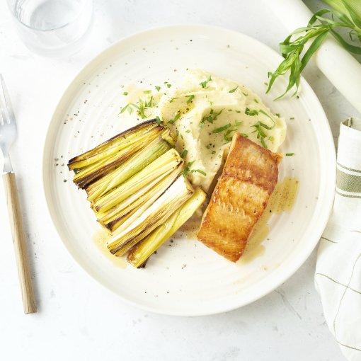 Zalm met geroosterde prei, dragon-aardappelpuree en beurre noisette
