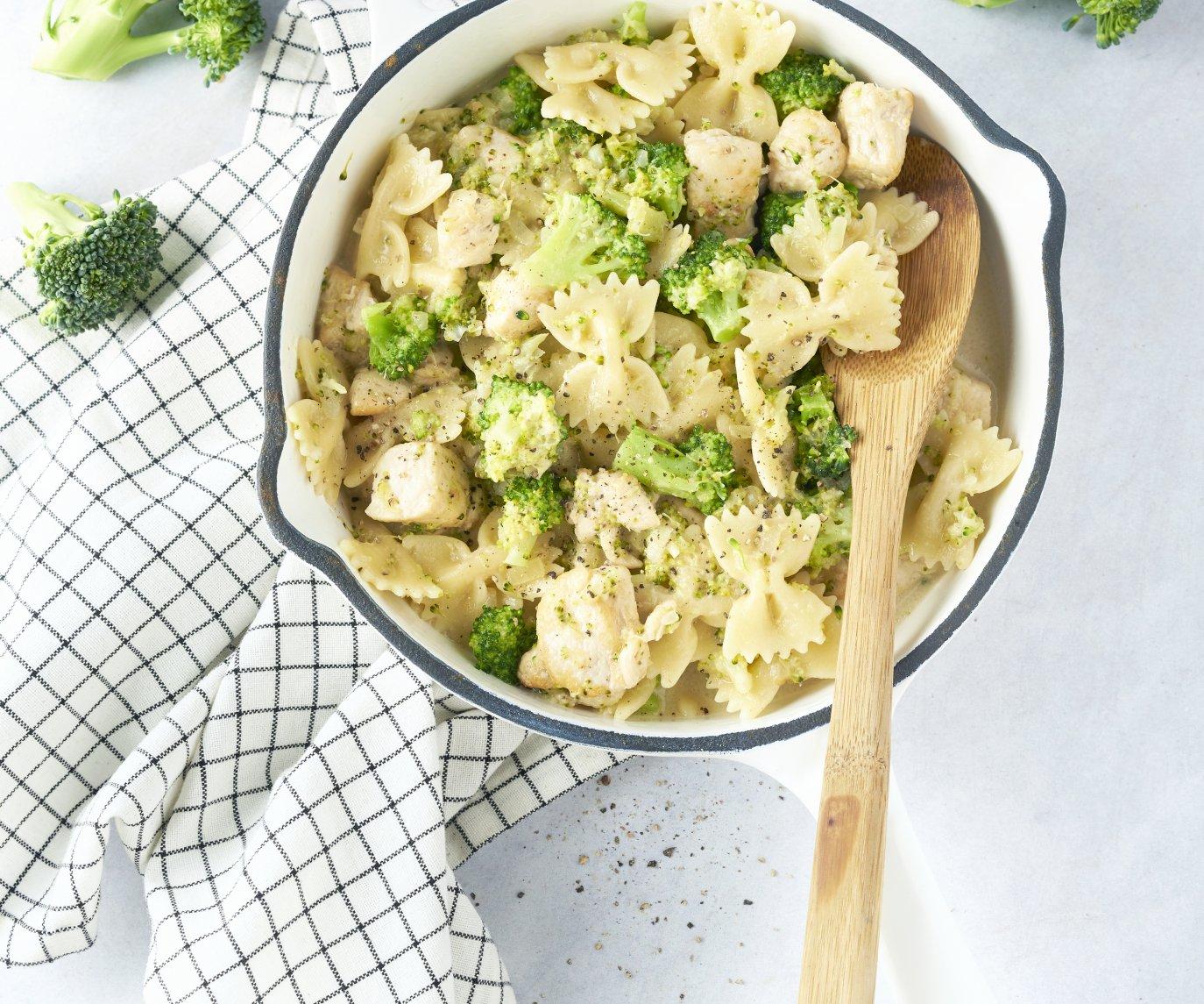 Eenpotspasta met kip, broccoli en romige kaassaus