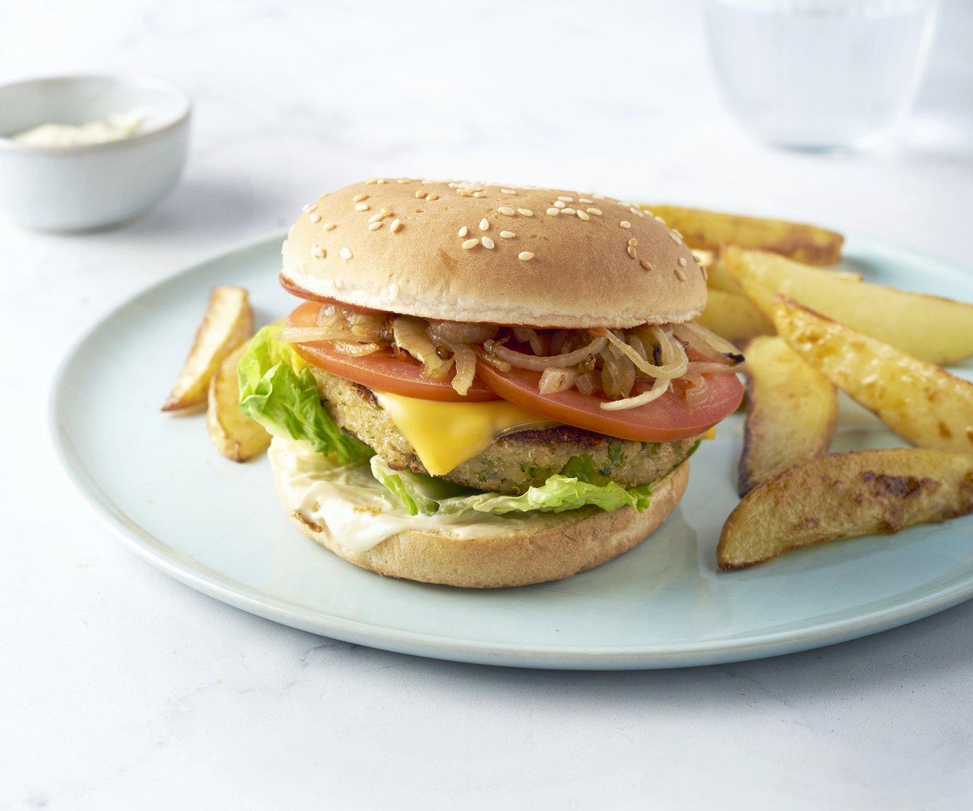 Veggie cheeseburger met aardappelwedges