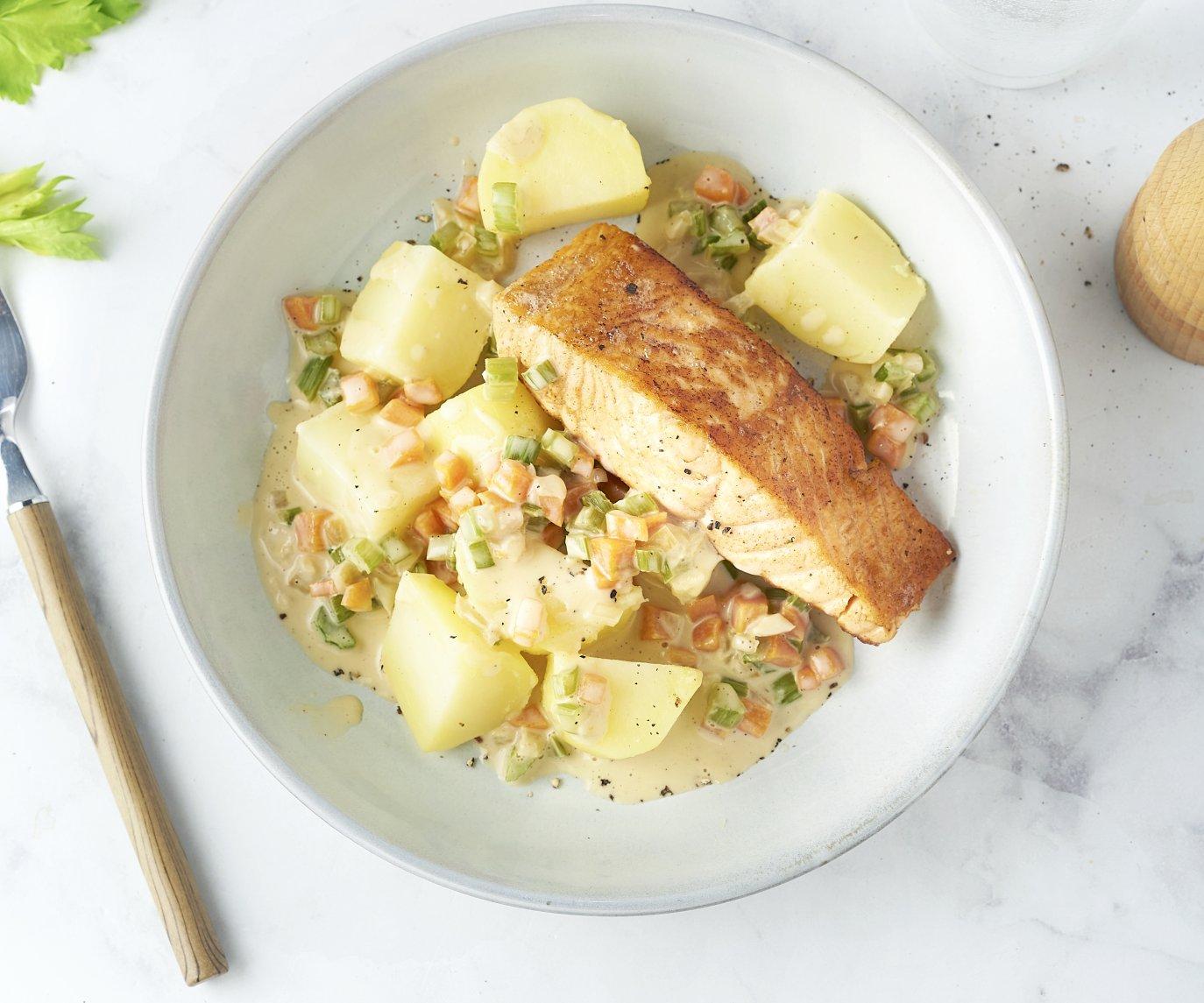 Gebakken zalm met fijne groentesaus en aardappelen