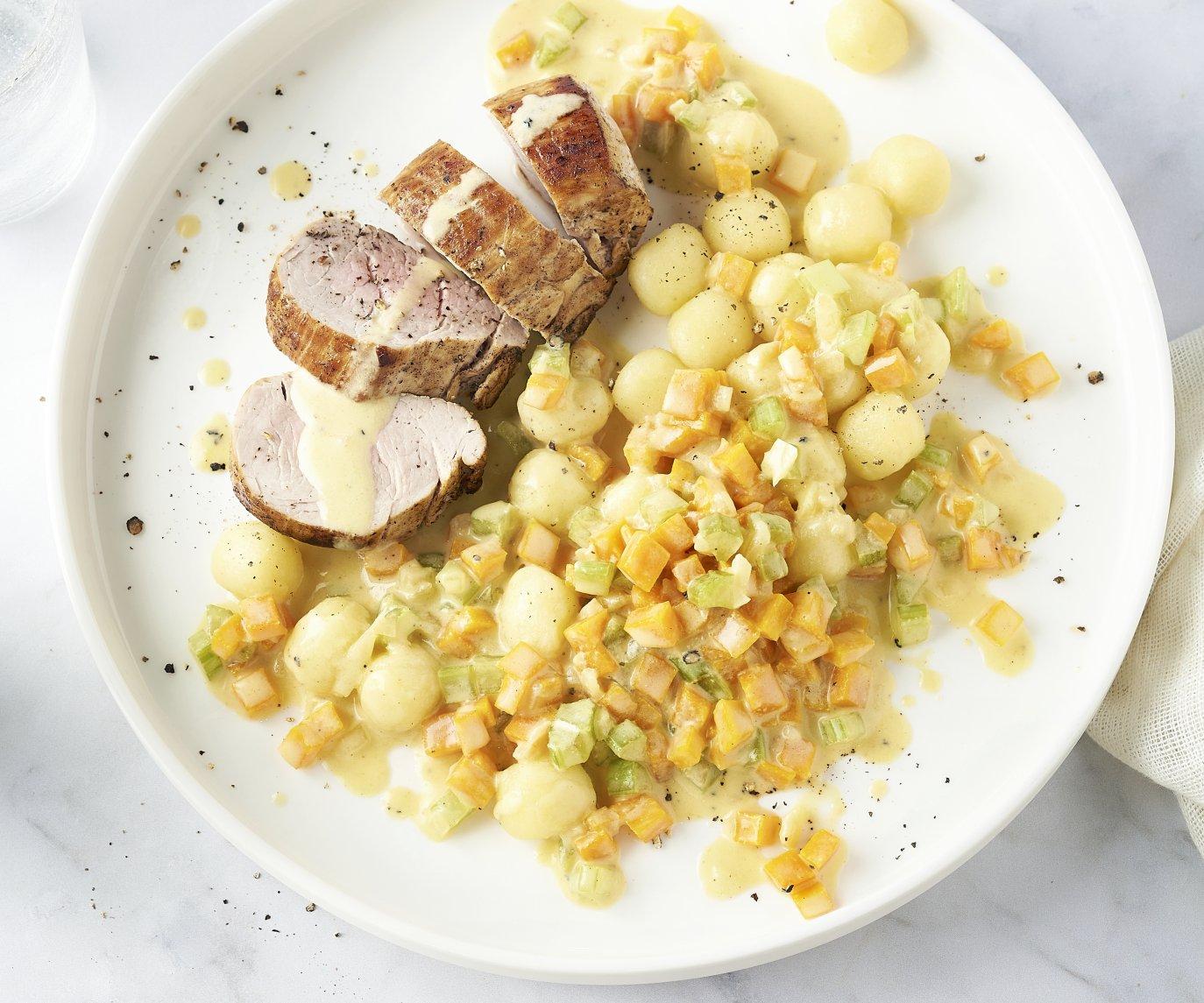 Varkenshaas met fijne groenten in mosterdroomsaus en gnocchi