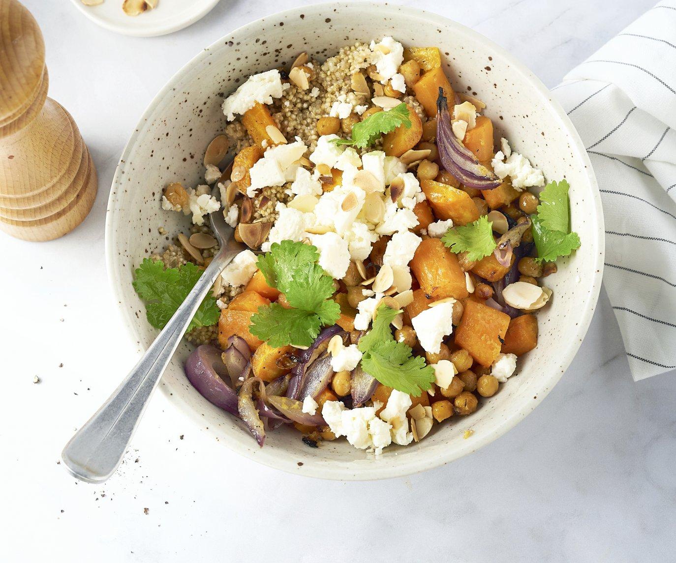 Honing-sinaasappel wortelen en kikkererwten uit de oven met feta en quinoa