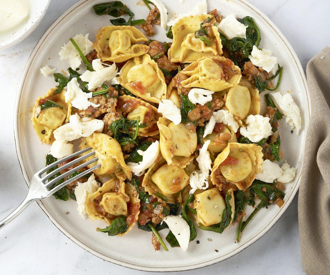 Tortellini met kippengehakt in tomatensaus met spinazie en mozzarella