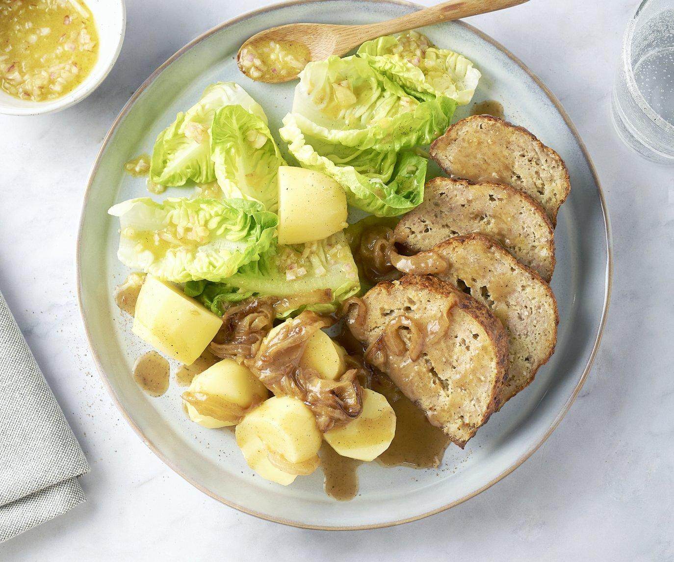 Gehaktbrood met uiensaus, gekookte aardappelen en sla