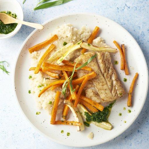 Witte vis met knolselderpuree, geroosterde wortelgroenten en dragondressing