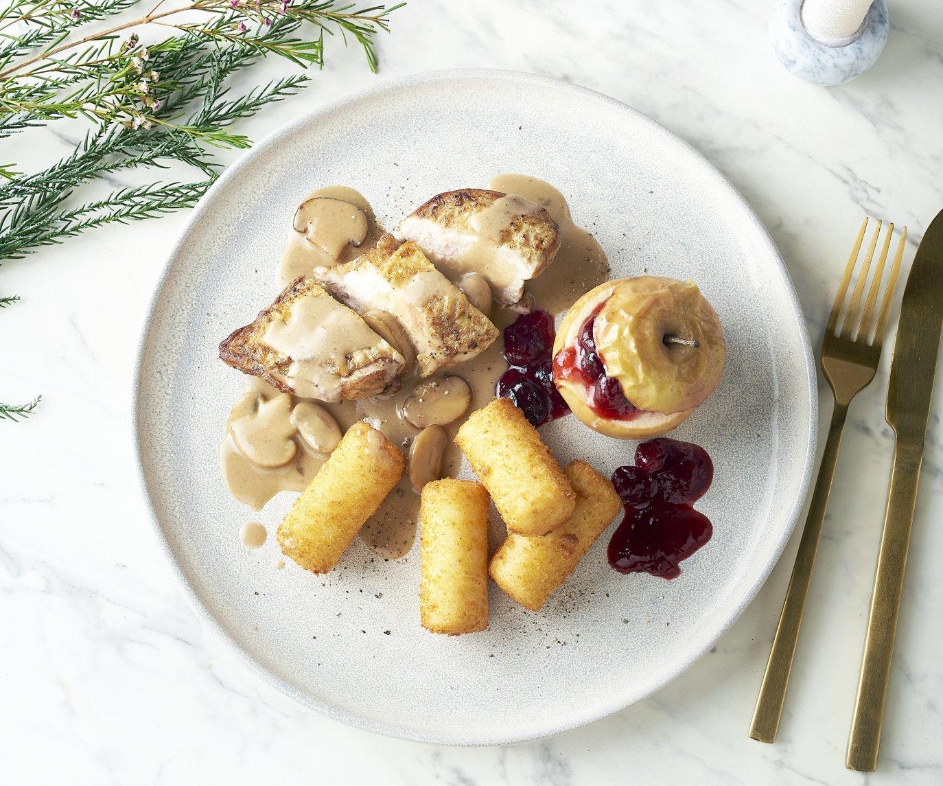 Parelhoenfilet met champignonsaus, appeltje met veenbessen en kroketjes