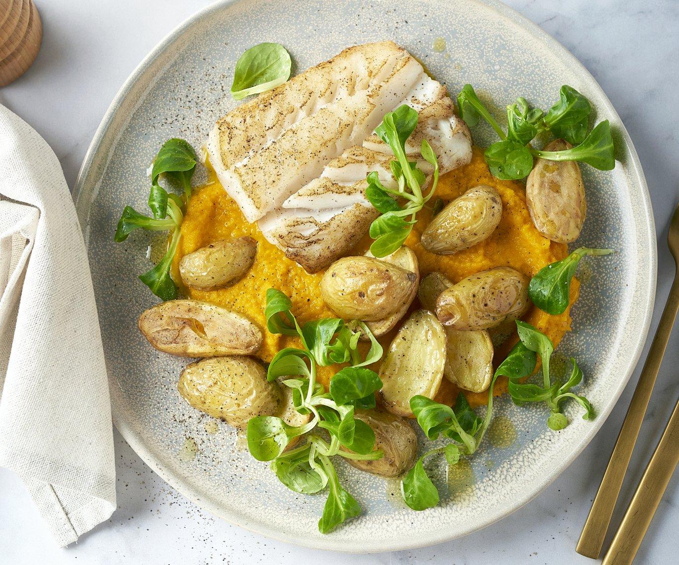 Witte vis met wortelcrème, veldsla en geroosterde krieltjes