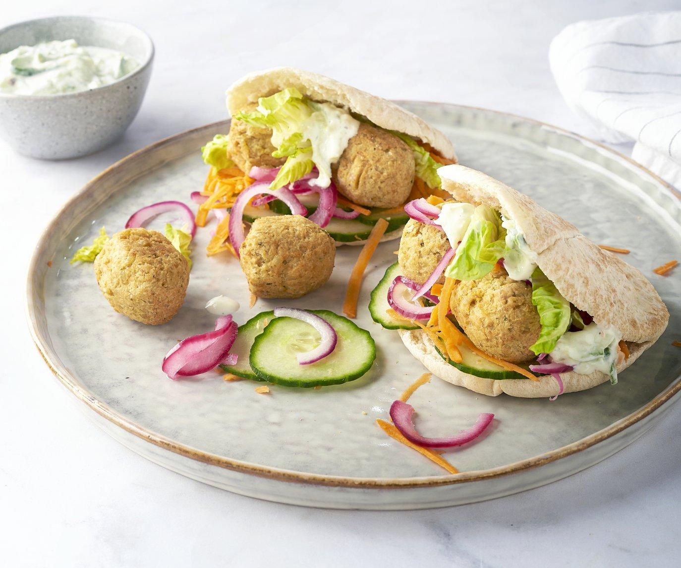 Pita met falafel, regenboogsalade en tzatziki
