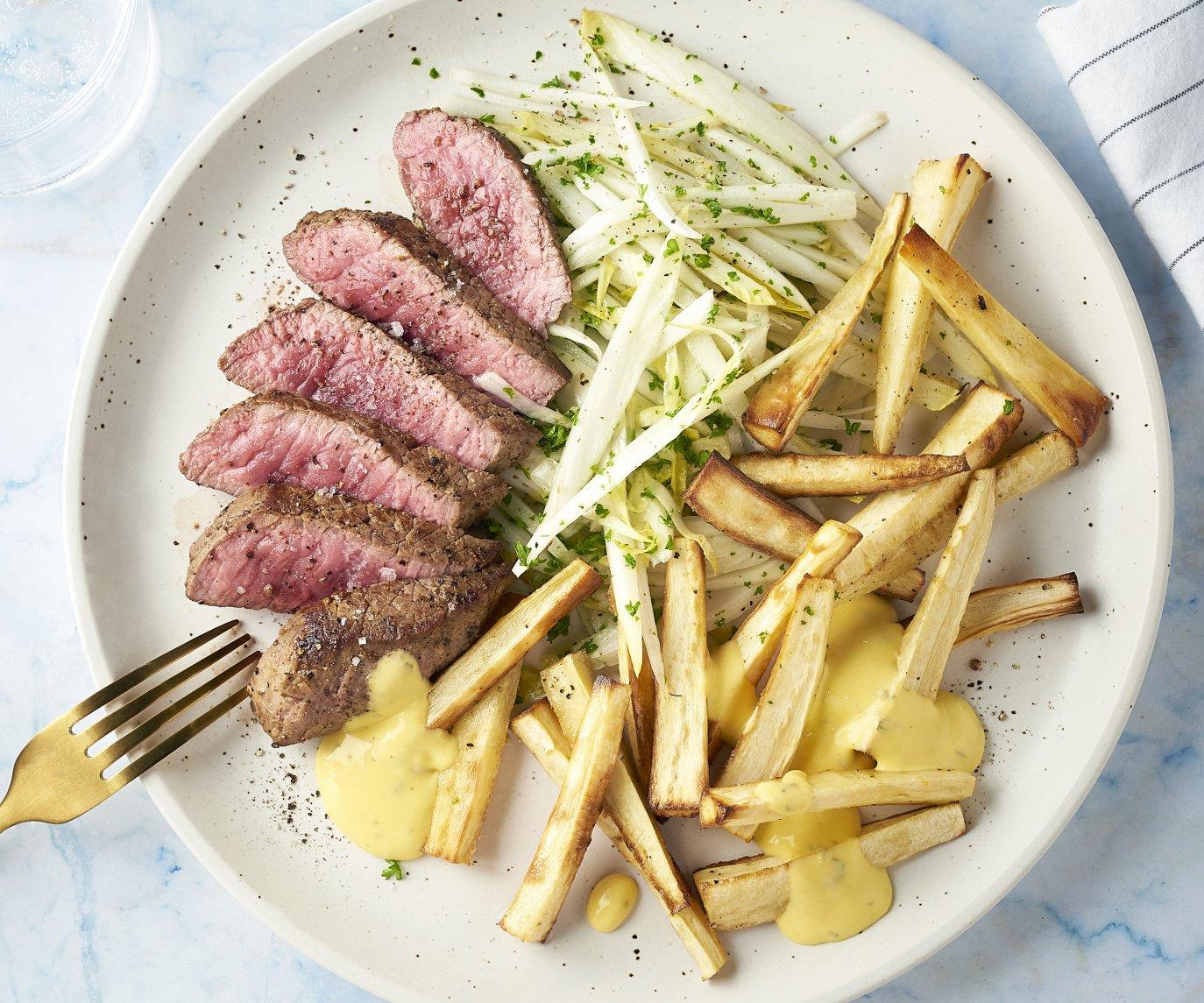 Steak bearnaise met pastinaakfrietjes en witloofslaatje