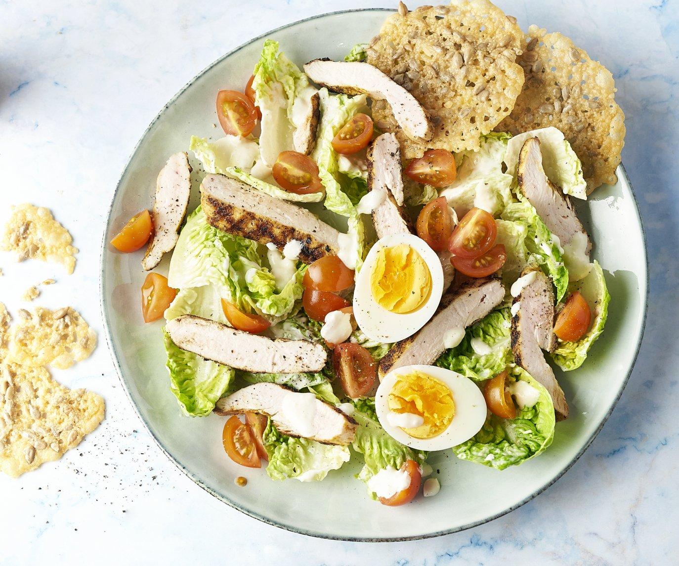 Caesar salade met gegrilde kip en parmezaankoekjes