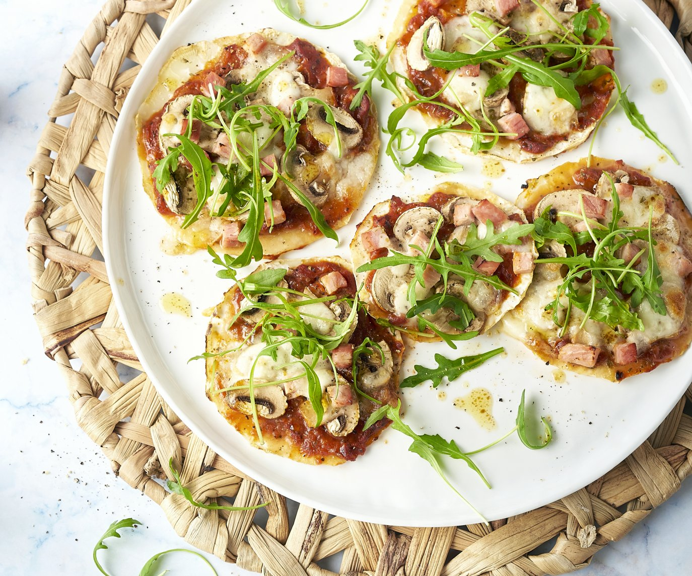 Knolselderpizza's met ham en champignons