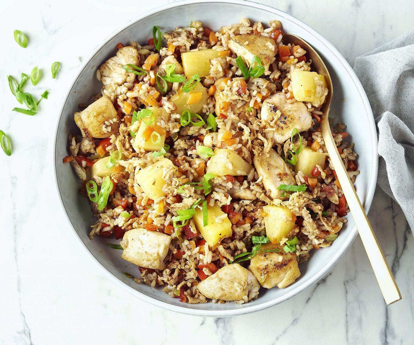 Gebakken rijst met groentjes, kip en ananas
