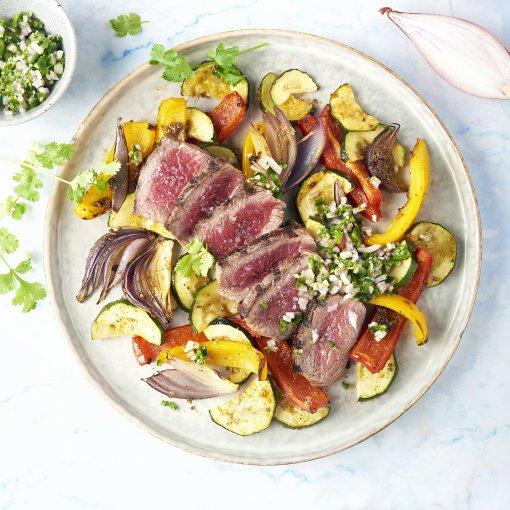 Gegrilde steak met Mexicaanse geroosterde groenten en koriander-jalapeñosalsa
