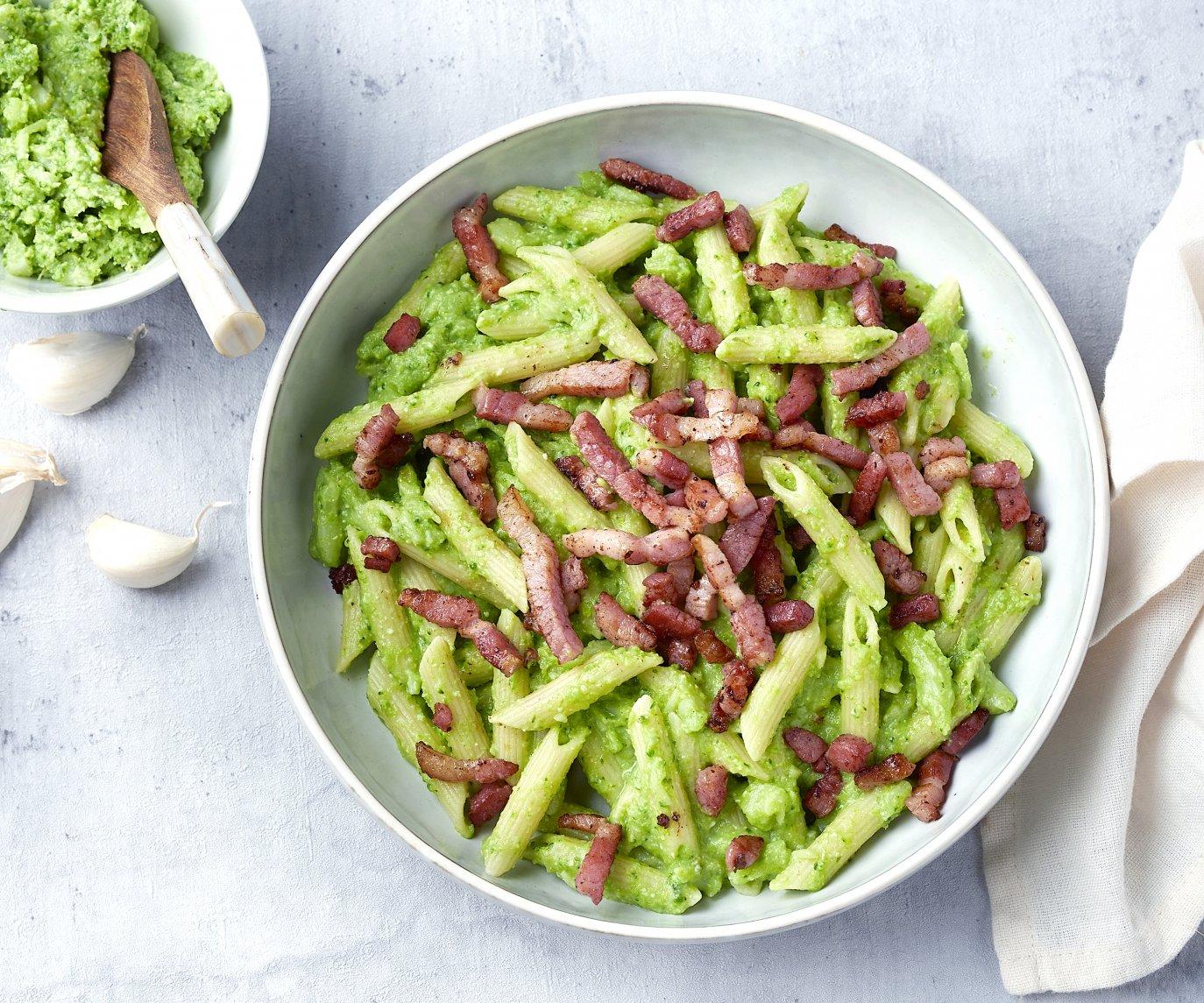 Penne met broccolipesto en spekblokjes