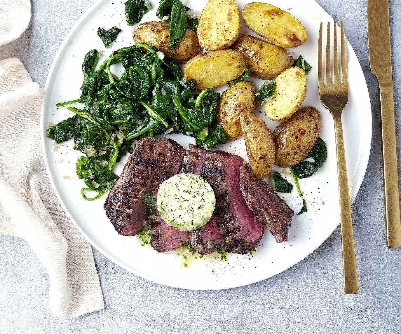 Gegrilde steak met kruidenboter, spinazie en krieltjes